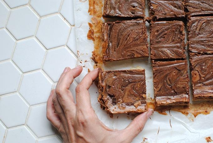 Nutella Cheesecake Bars | LetsEatCake.com