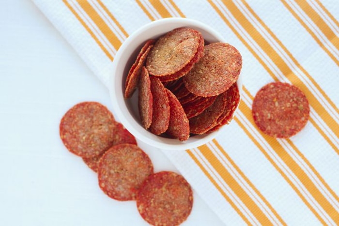 low carb movie snacks - pepperoni chips
