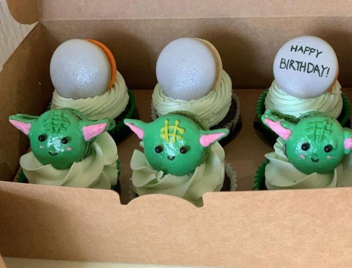 Baby Yoda Cupcakes - macaron Yoda topper cupcakes